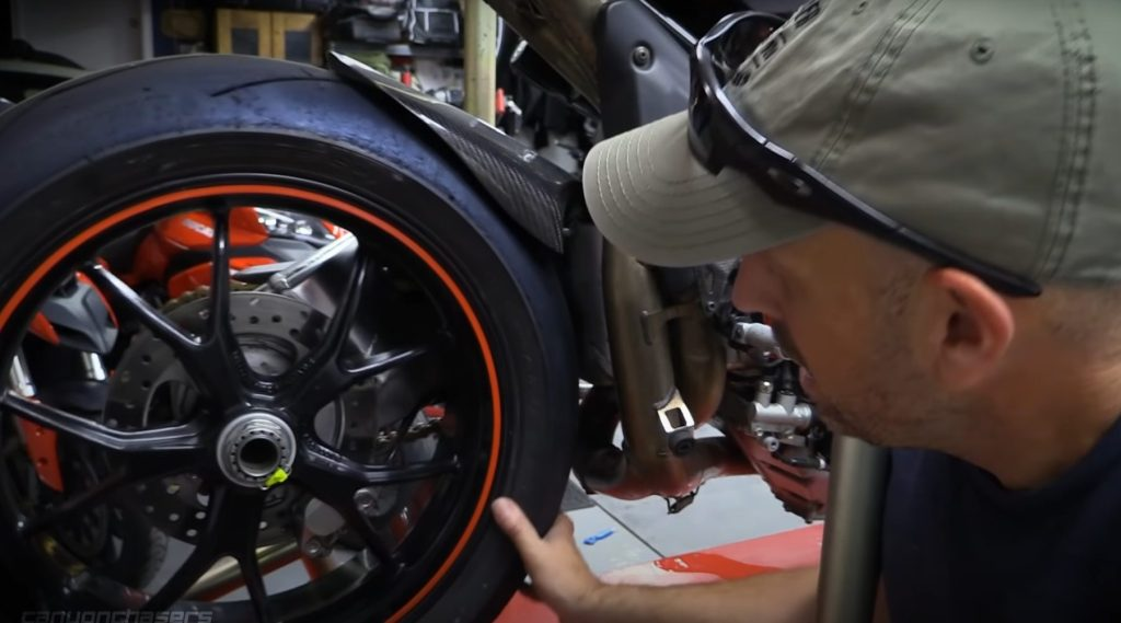 Space for the tire warmer between the tire and the swingarm